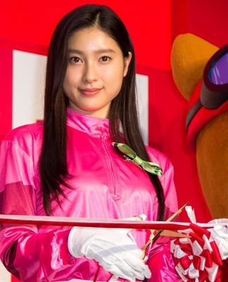 土屋太鳳、ピンクの勝負服に「気持ちが攻めの姿勢に」