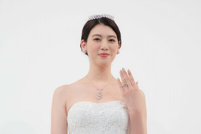 """三吉彩花、人生初のウエディングドレス姿で""""美デコルテ""""披露"""
