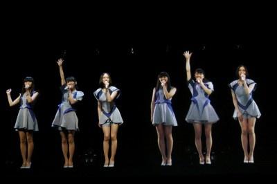 Perfumeが6人!? スペシャルライブで3D映像とコラボ!