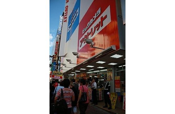 開店と同時に、多くの人が店内へ