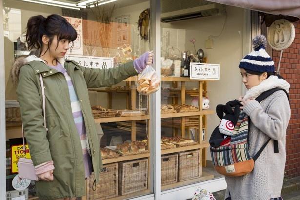 パンの耳をゲットする有川絢子(通称ジュン、池田エライザ)を目撃し、コミュ障とリア充の格差を感じたブン(上白石萌音)とホクサイ