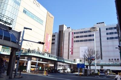 【写真を見る】北千住駅西口。大きな商業施設が並び、駅前は常に人でにぎわっている