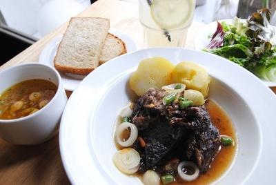 「わかば堂」で一番人気のメニューは、お肉を柔らかく仕上げた「国産牛の赤ワイン煮 ランチセット」1150円