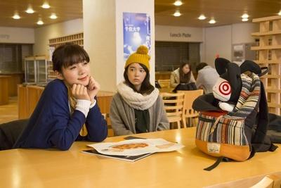 ブンとジュンが女子トークをするのが「東京未来大学」の学食。一般の人も利用可能で、地元の人がよく訪れるそう