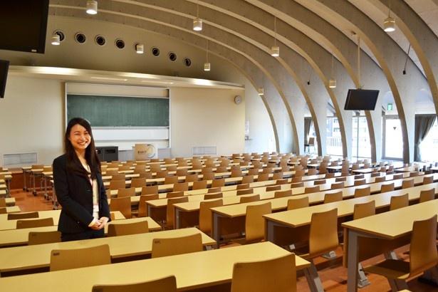 「東京未来大学」キャンパスアドバイザーの松葉美渚さん。一番大きな教室「大講義室」にて