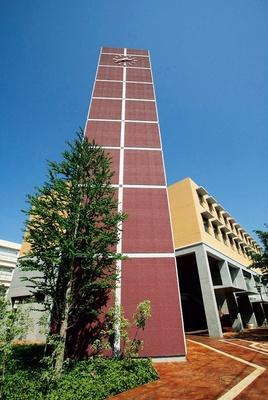 「東京未来大学」のシンボルである時計塔