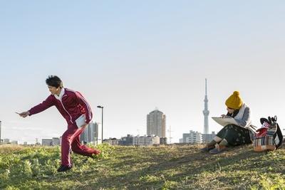 金八先生に心酔する高校教師・柑田川永太郎(通称ろーちゃん、前田公輝)。土手からは東京スカイツリーが見える