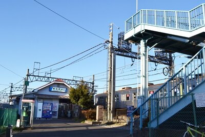 小さな駅舎がかわいい東武伊勢崎線の堀切駅。反対方向のホームへは手前の歩道橋を渡って行く