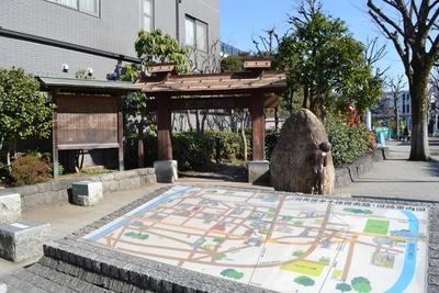 宿場町通りに面した「千住ほんちょう公園」には、千住宿の雰囲気を再現した門が設置。手前には史跡・旧跡案内図も