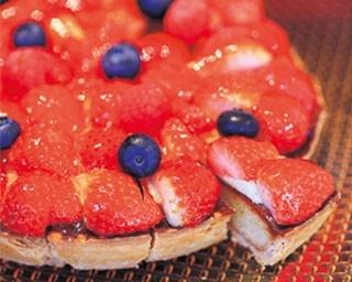 「苺タルト」。山盛りいちごの上にベリーを配したタルト。キルシュ風味のアーモンド生地の上にカスタードと生クリームをのせていちごを敷き詰めている/セント レジス ホテル 大阪