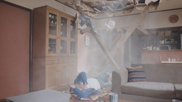 【写真】ブルース・ウィリスは屋根を突き破ってド派手に登場