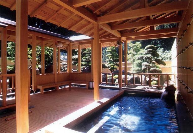 露天風呂は茶臼山といった周辺の山々を望むロケーション / 兎鹿嶋温泉 湯~らんどパルとよね