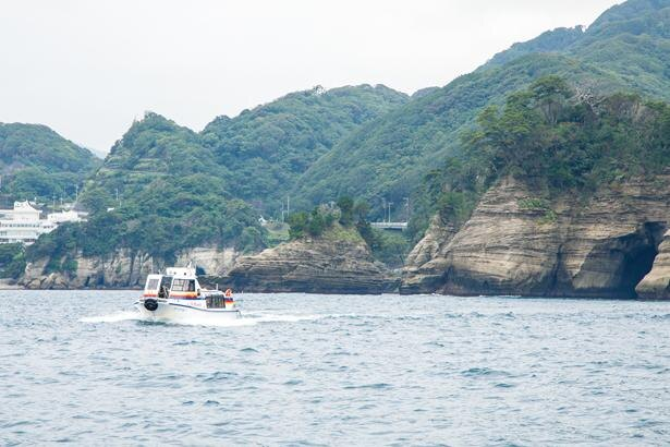 遊覧船は、堂ヶ島天窓洞に入る前に海上をクルーズ / 堂ヶ島天窓洞