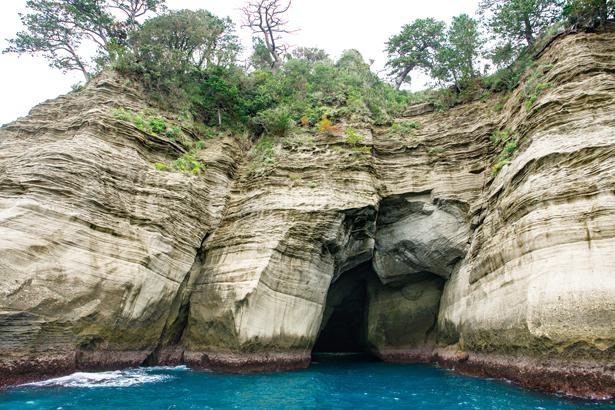 波の浸食によってできた海蝕洞窟 / 堂ヶ島天窓洞