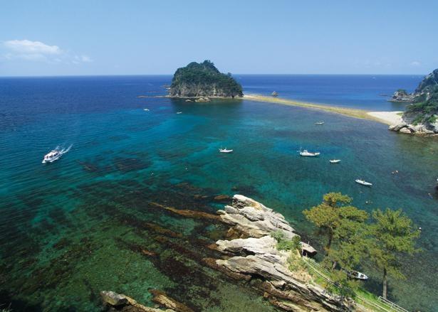 三四郎島では、干潮時に海底が現れ、本土と島が繋がるトンボロ現象が発生 / 堂ヶ島天窓洞