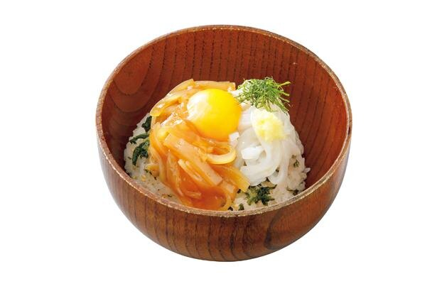 スルメイカの刺身と、漬けダレに漬けたスルメイカの刺身が半々に盛られた「いか様丼」(900円) / 沖あがり食堂