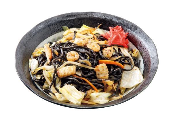 「海賊焼」(700円)は、イカ墨麺に海鮮を合わせて、特製塩ダレで味付けした焼きそば / 河津屋食堂