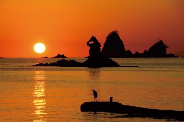沖合に、大小2つのコブがあるような田子島と、ゴジラのような形の岩が浮かぶ / 大田子海岸