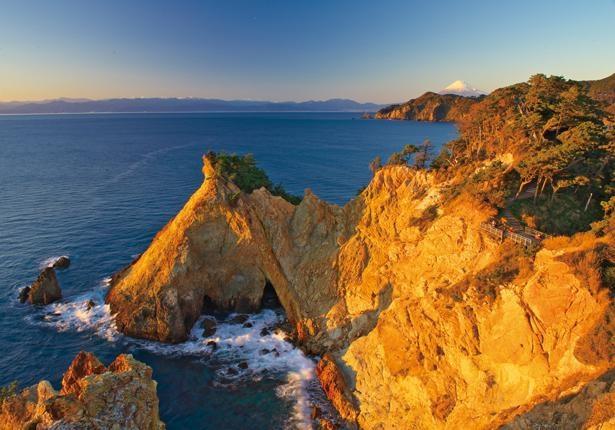 夕日を浴びた断崖と大小の岩が、 黄金色に輝く黄金崎