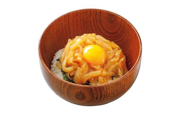 オリジナルの漬けダレに漬けたスルメイカの刺身がたっぷりとのった「夕陽丼」(900円) / 沖あがり食堂