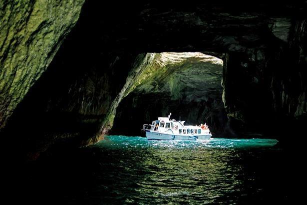 【写真を見る】国の天然記念物に指定されている天窓洞 / 堂ヶ島天窓洞