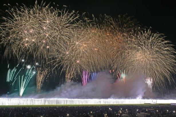 【写真】大ナイアガラと大スターマインがフィナーレを飾る / 足利花火大会