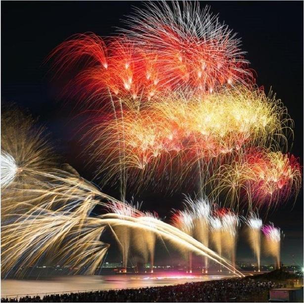 最先端の技術を使用した打ち上げ海上花火が幻想的な空間を演出 / 千葉市民花火大会