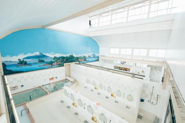 浴室の壁には鮮やかな富士山が描かれている。写真の手前が女湯、奥が男湯