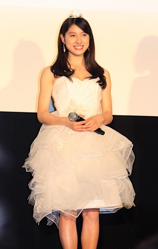 【写真を見る】土屋太鳳、ウェディングドレスのようなふわりとした白の衣装で登場!ティアラもキュート