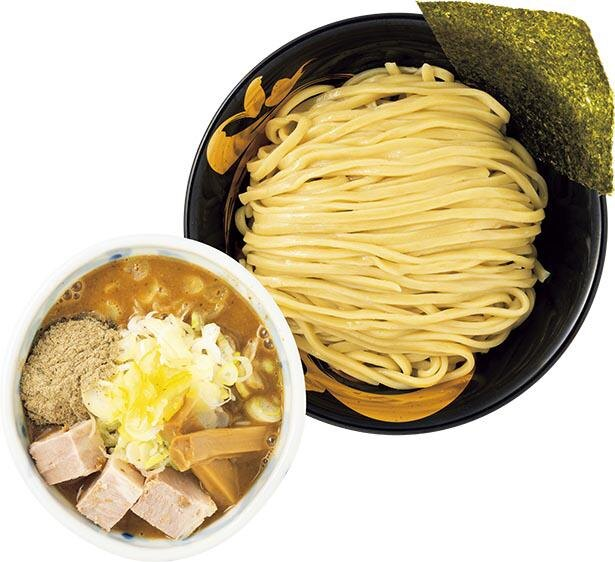 濃厚な豚骨魚介スープに極太自家製麺がよく絡む