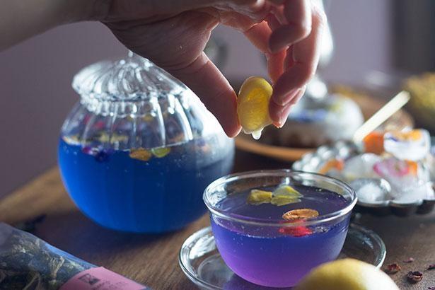 レモンを絞ると美しいブルーに変わるアンチャンティーをプレゼント