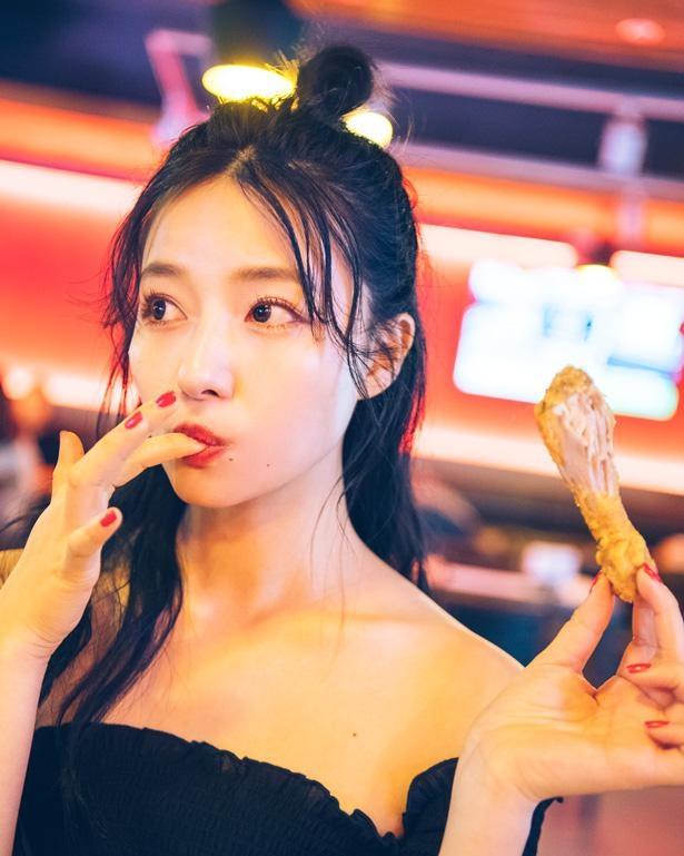 チキンを食べるカット