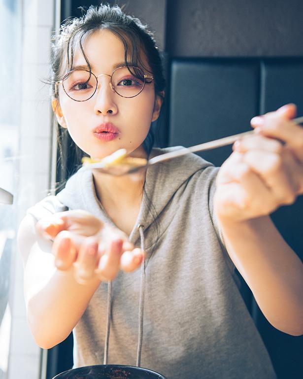 メガネ姿の彼女感あふれるカット