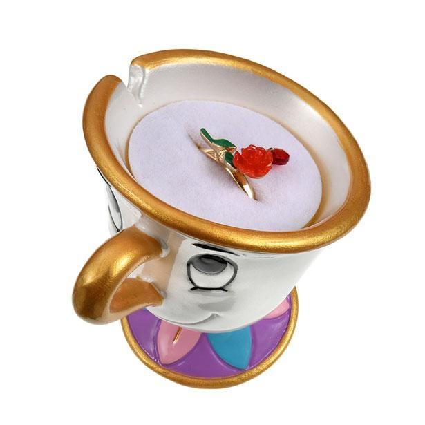 一輪のバラをモチーフにした指輪と、チップのリングホルダーがセットに。価格は2900円