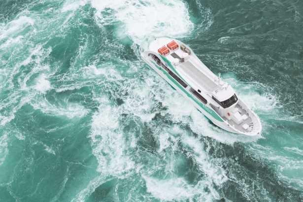 【写真】観潮船で見る渦潮は大迫力