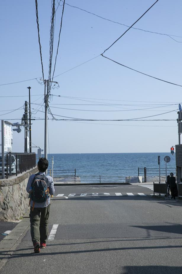 キレイな海に向かってまっすぐ歩く
