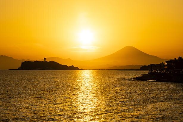 稲村ヶ崎の夕景は絶景。富士山と江の島の間を夕日が沈む