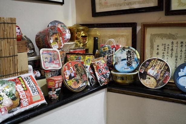 賞状やPB商品が展示されている吉村家店内