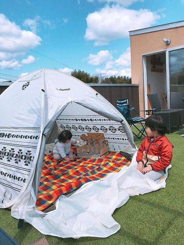 外の風が気持ちよい屋上に簡易テントを張ってキャンプスタート!