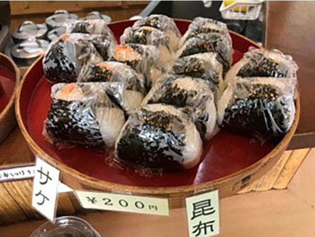 おにぎり(各200円)は、鮭や昆布など2種程度