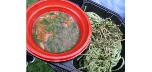 ヒスイ色の麺が印象的な「なんつッ亭」のつけ麺