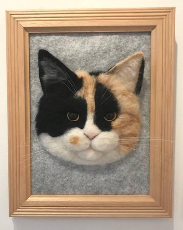 すずきさん一番のお気に入り、三毛猫の壁掛けバッヂ