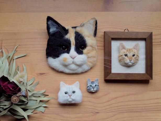 三毛猫の壁掛けバッヂは、約13×13cmのビッグサイズ。白い猫のバッヂが通常サイズだ