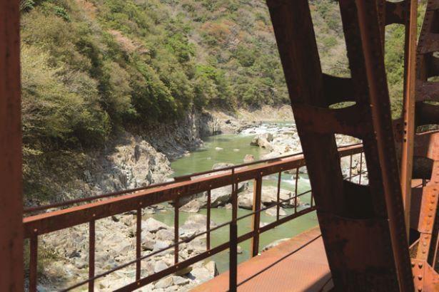 【写真】橋の両側に広がる渓谷美が魅力