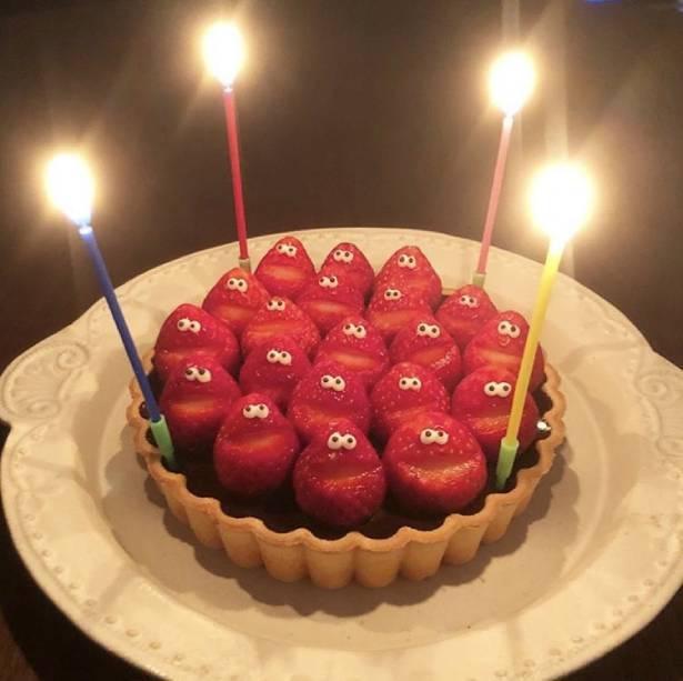 苺合唱団がケーキの上に!まるで苺にお祝いされている気分に