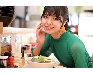 ラーメン×グラビア!?SKE48の荒野姫楓が「麺屋 白神 本店」で濃厚なえびそばをふぅふぅ♥