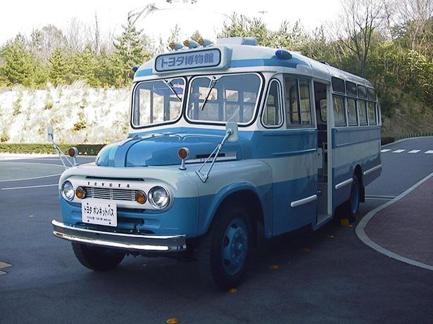 「クルマ館」のエントランス横に展示された「トヨタ ボンネットバス」も乗車可能