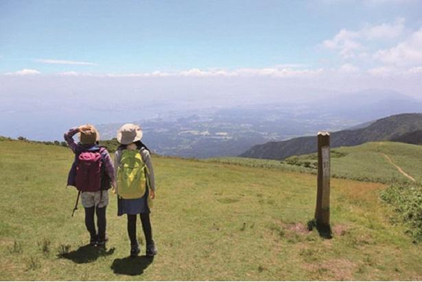 【写真】南東に琵琶湖が広がる蓬莱山山頂の眺め