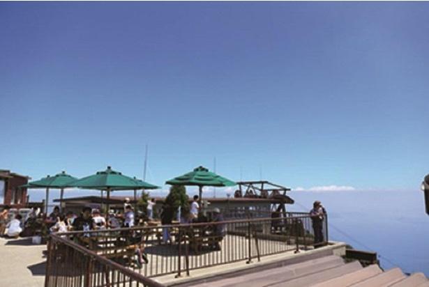 打見展望台には4月下旬〜10月はテーブル付きのベンチもある