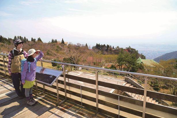 標高約796mの山上にある展望広場からの景色